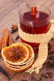 Γυαλί του θερμαμένου τυλιγμένου κρασί μαντίλι με τα φρέσκα ευώδη καρυκεύματα Στοκ Φωτογραφίες