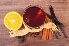 Γυαλί του θερμαμένου τυλιγμένου κρασί μαντίλι με τα φρέσκα ευώδη καρυκεύματα Στοκ Εικόνα