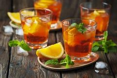 Γυαλί του aperol με τον πάγο, το πορτοκάλι και τη μέντα Στοκ Εικόνες