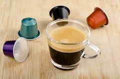 Γυαλί του espresso με τις κάψες nespresso Στοκ Εικόνες