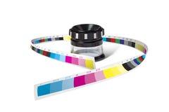 Γυαλί τυπωμένων υλών loupe που τυλίγεται με το φραγμό ελέγχου χρώματος Στοκ εικόνα με δικαίωμα ελεύθερης χρήσης