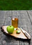 Γυαλί χυμού της Apple με τα υγιή πράσινα μήλα στον πίνακα κουζινών Στοκ εικόνες με δικαίωμα ελεύθερης χρήσης