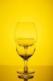 Γυαλί δύο κρασιού στο κίτρινο υπόβαθρο Στοκ εικόνες με δικαίωμα ελεύθερης χρήσης