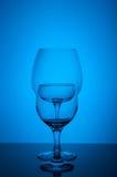 Γυαλί δύο κρασιού στο μπλε υπόβαθρο Στοκ φωτογραφία με δικαίωμα ελεύθερης χρήσης