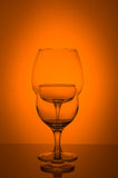 Γυαλί δύο κρασιού στο πορτοκαλί υπόβαθρο Στοκ φωτογραφία με δικαίωμα ελεύθερης χρήσης