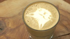 Γυαλί Latte με την τέχνη γατών απόθεμα βίντεο
