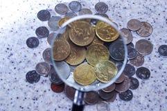 Γυαλί Magnifier με το σωρό των νομισμάτων, φωτογραφία έννοιας Στοκ εικόνα με δικαίωμα ελεύθερης χρήσης