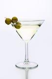 Γυαλί martini με το ελαφρύ υπόβαθρο ελιών Στοκ Εικόνες