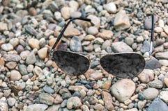 Γυαλιά ήλιων σε μια ακτή Στοκ φωτογραφίες με δικαίωμα ελεύθερης χρήσης