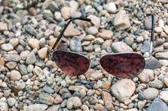 Γυαλιά ήλιων σε μια ακτή Στοκ Εικόνες