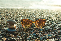 Γυαλιά ήλιων σε μια παραλία Στοκ Εικόνες