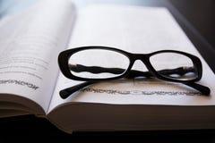 γυαλιά βιβλίων ανοικτά Στοκ εικόνα με δικαίωμα ελεύθερης χρήσης