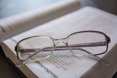 γυαλιά βιβλίων ανοικτά Στοκ Εικόνα