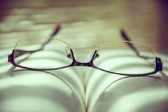 γυαλιά βιβλίων κόκκινος τρύγος ύφους κρίνων απεικόνισης Στοκ φωτογραφία με δικαίωμα ελεύθερης χρήσης