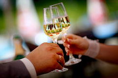 Γυαλιά γαμήλιας σαμπάνιας εκμετάλλευσης νυφών και νεόνυμφων Στοκ Φωτογραφία