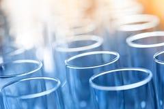 Γυαλιά για τα ποτά και κοκτέιλ στον εορταστικό πίνακα τονισμένος Στοκ εικόνα με δικαίωμα ελεύθερης χρήσης
