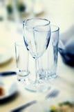 Γυαλιά για τα ποτά και κοκτέιλ στον εορταστικό πίνακα Στοκ Εικόνες