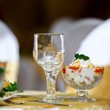 Γυαλιά για τα ποτά και τα κοκτέιλ ο εορταστικός πίνακας Στοκ Εικόνες