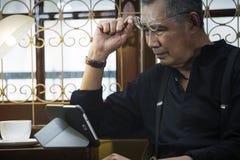 Γυαλιά εκμετάλλευσης ατόμων ενάντια στο PC ταμπλετών στοκ εικόνες