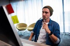 Γυαλιά εκμετάλλευσης ατόμων Hipster εργαζόμενος στο γραφείο υπολογιστών Στοκ φωτογραφία με δικαίωμα ελεύθερης χρήσης