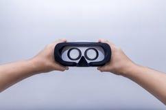 Γυαλιά εκμετάλλευσης VR χεριών Στοκ Φωτογραφία