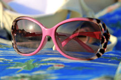 Γυαλιά ηλίου γυναίκας που βάζουν στο καλοκαίρι παραλιών Στοκ Εικόνες