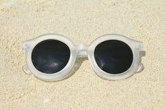 Γυαλιά ηλίου, θερινή έννοια Γυαλιά ηλίου στην παραλία Στοκ εικόνα με δικαίωμα ελεύθερης χρήσης