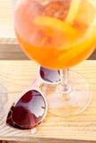 Γυαλιά ηλίου και κοκτέιλ Στοκ φωτογραφία με δικαίωμα ελεύθερης χρήσης