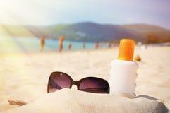 Γυαλιά ηλίου και λοσιόν προστασίας στην παραλία στοκ φωτογραφίες με δικαίωμα ελεύθερης χρήσης
