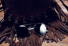 Γυαλιά ηλίου και τσάντα στοκ εικόνα με δικαίωμα ελεύθερης χρήσης