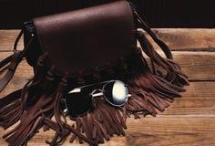 Γυαλιά ηλίου και τσάντα στοκ εικόνα