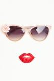 Γυαλιά ηλίου με τα χείλια φραουλών Στοκ Εικόνα