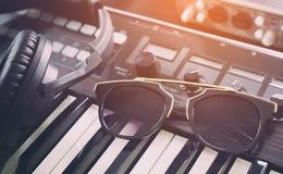 Γυαλιά ηλίου μόδας στο στούντιο μουσικής χορού Στοκ φωτογραφίες με δικαίωμα ελεύθερης χρήσης