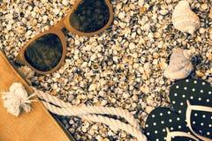 Γυαλιά ηλίου, σανδάλια πτώσης κτυπήματος και τσάντα παραλιών στην παραλία Στοκ εικόνες με δικαίωμα ελεύθερης χρήσης
