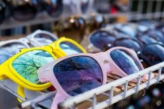 Γυαλιά ηλίου σε ένα ράφι Στοκ Εικόνες