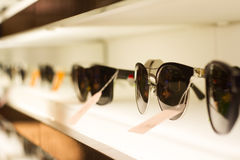 Γυαλιά ηλίου στα ελαφριά ράφια Στοκ Εικόνα