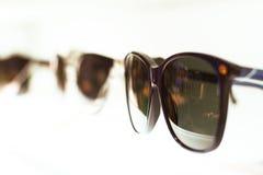 Γυαλιά ηλίου στα ελαφριά ράφια Στοκ φωτογραφία με δικαίωμα ελεύθερης χρήσης