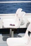Γυαλιά ηλίου στα καθίσματα ανοικτών γεφυρών βαρκών Στοκ Εικόνες