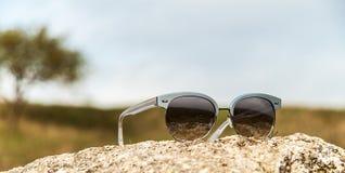 Γυαλιά ηλίου στο έδαφος Στοκ εικόνες με δικαίωμα ελεύθερης χρήσης