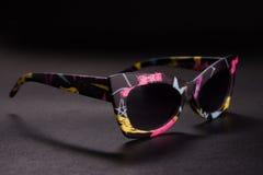 Γυαλιά ηλίου στο μαύρο υπόβαθρο, φανταχτερά γυαλιά ηλίου Στοκ Εικόνα