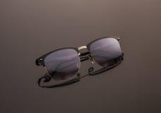 Γυαλιά ηλίου στο σκοτεινό υπόβαθρο Γυαλιά Polaroid Στοκ Εικόνα