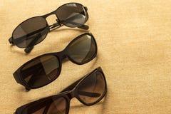 Γυαλιά ηλίου υψηλά - ποιοτικό lense κατάστημα για τις θερινές σκιές και τις διαπραγματεύσεις Στοκ Εικόνες
