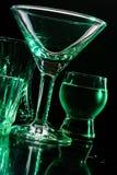Γυαλιά και γυαλιά που τονίζονται από το χρωματισμένο φως σε ένα μαύρο υπόβαθρο Στοκ εικόνες με δικαίωμα ελεύθερης χρήσης