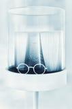 Γυαλιά και και ένα βιβλίο Στοκ Εικόνες