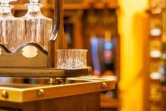 Γυαλιά και καράφες για το κρασί σε μια ξύλινη στάση Στοκ Φωτογραφίες