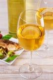 Γυαλιά και μπουκάλι του άσπρου κρασιού Ψημένα στη σχάρα ψάρια dorado με τα λαχανικά Στοκ φωτογραφία με δικαίωμα ελεύθερης χρήσης
