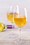 Γυαλιά και μπουκάλι του άσπρου κρασιού Στοκ Εικόνες