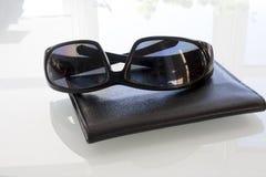 Γυαλιά και πορτοφόλι Στοκ εικόνα με δικαίωμα ελεύθερης χρήσης