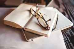 Γυαλιά και σημειώσεις στο εστιατόριο Στοκ Εικόνες