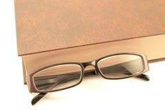 Γυαλιά και το βιβλίο Στοκ Εικόνες